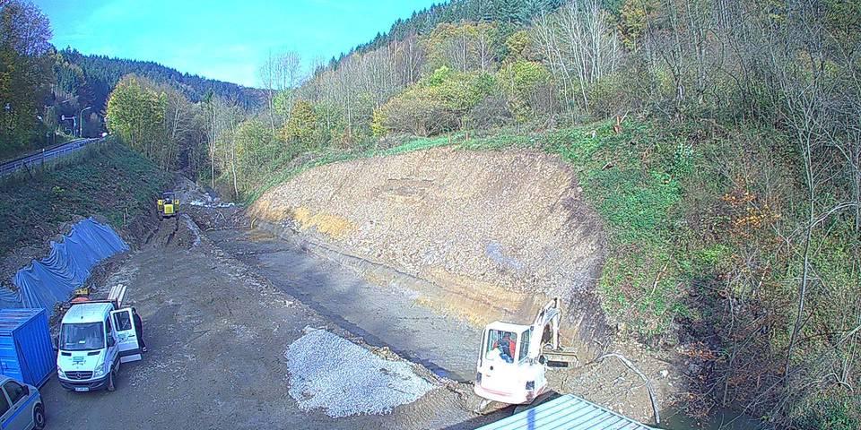 Aushub der Baugrube für das Ablaufbauwerk, Herstellen des Feinplanums, Abschluss der Erdarbeiten