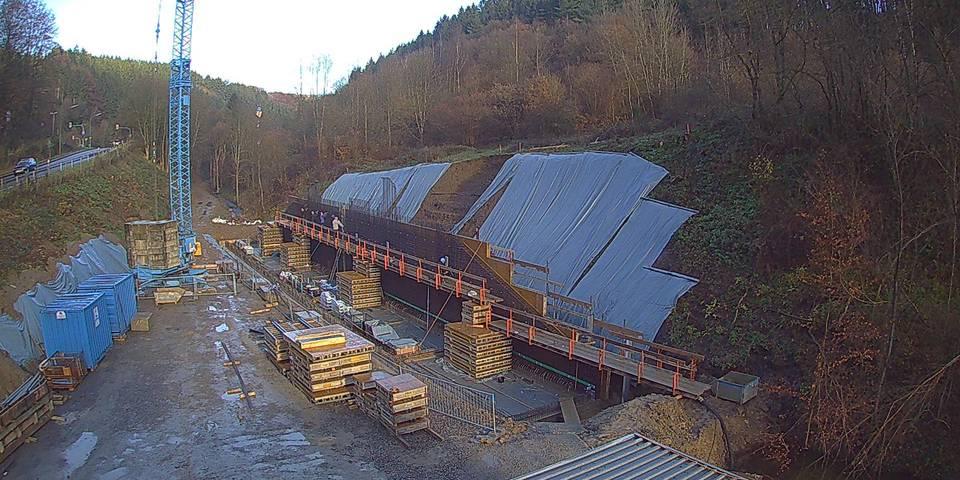 Das Aufstellen der Schalung der ersten Wand des Ablaufbauwerkes ist erfolgt, nun wird der Bewehrungsstahl